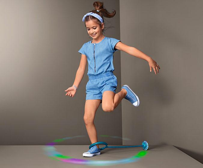 Mädchen spielt mit LED-Hüpfspiel