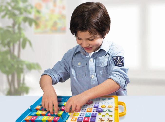 Junge spielt Lernspiel
