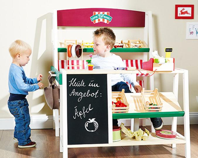 Kinder spielen in Kaufmannsladen