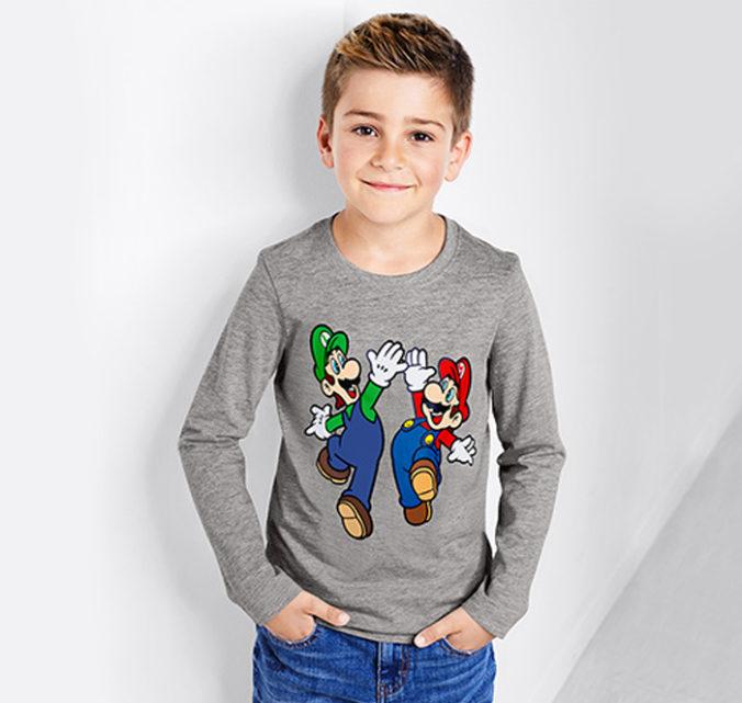 Junge in Super Mario Pullover