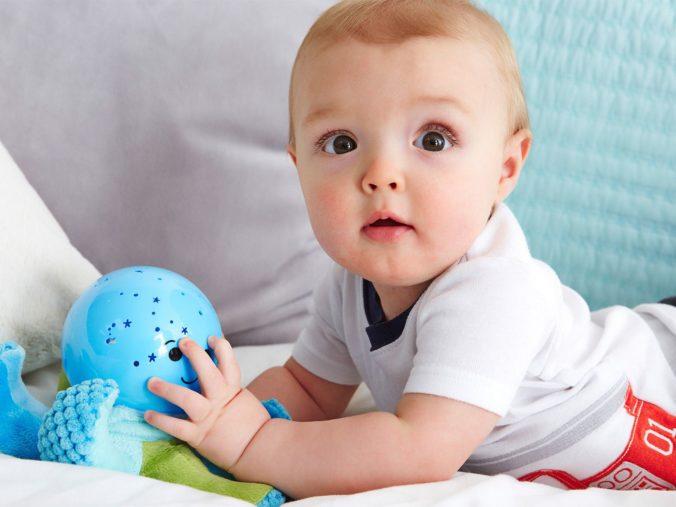 Baby spielt mit Cloud B Nachtlicht Krake