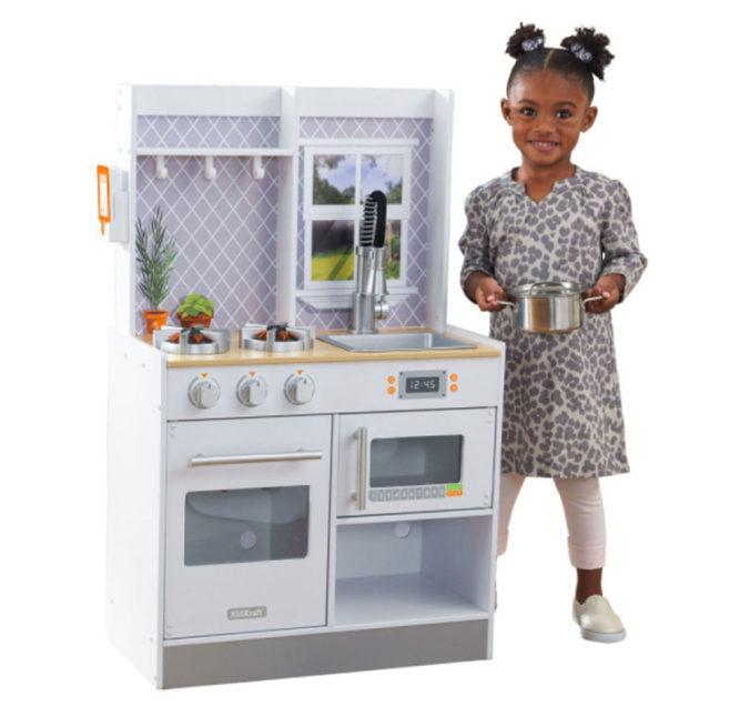 Mädchen spielt in Spielküche