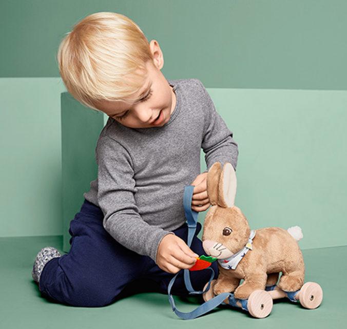 Junge spielt mit Nachzieh-Spielzeughase