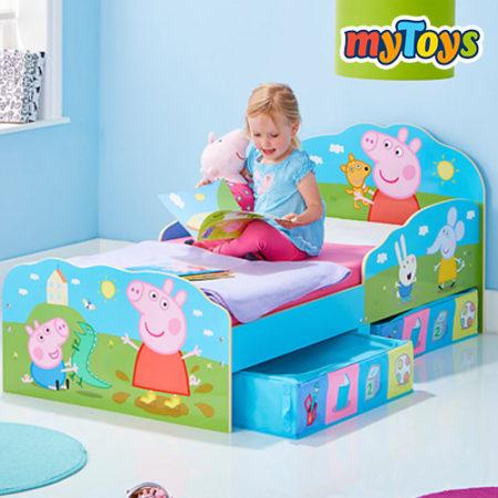 Kind auf Peppa Wutz Bett