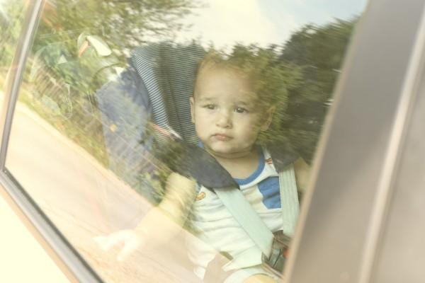 Kind bei Hitze im Auto vergessen