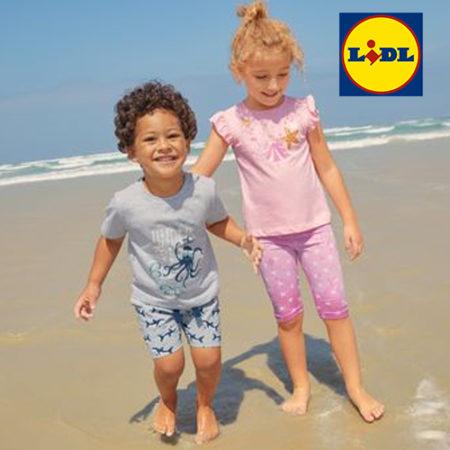 Kinder spielen am Strand