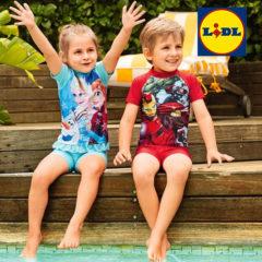 Junge und Mädchen sitzen an Pool