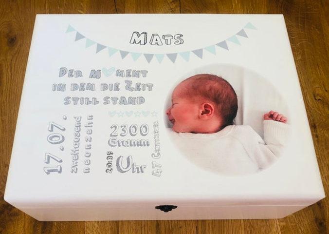 Personalisierte Erinnerungsbox mit Namen, Geburtsangaben und Foto