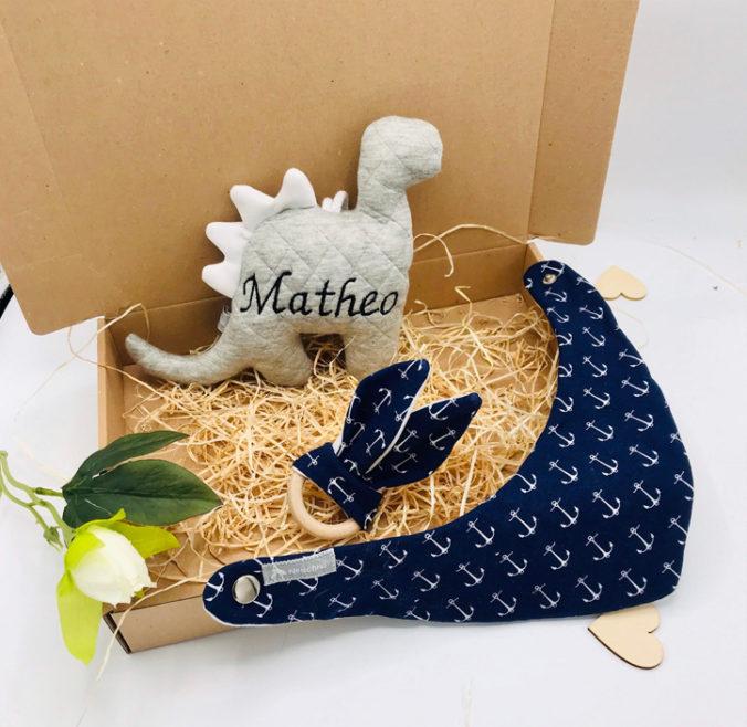 Baby Geschenkbox mit personalisiertem Stoffdinosaurier, Hasengreifling und Halstuch