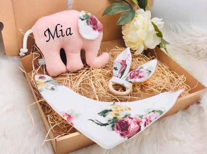 Baby Geschenkbox mit personalisiertem Stoffelefanten, Hasengreifling und Halstuch