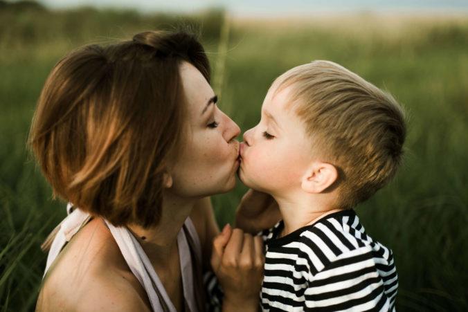Mama Sohn Kuss
