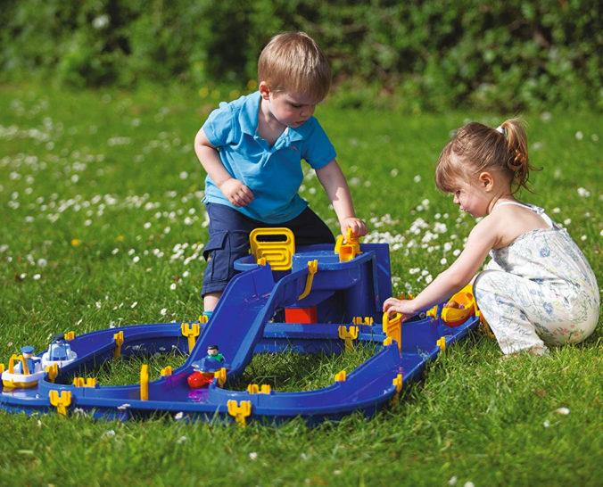 Kinder spielen mit BIG Waterplay Niagara Wasserbahn