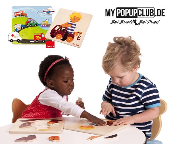 Kleinkinder spielen mit Holzpuzzle