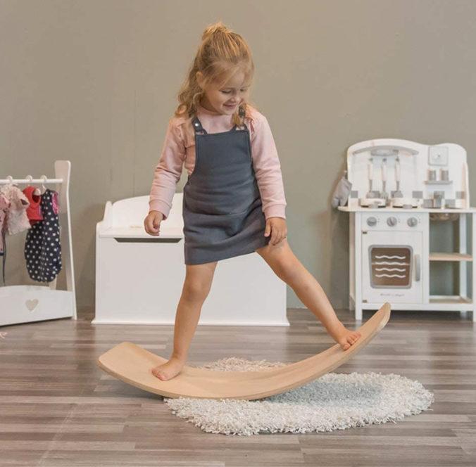 Mädchen steht auf Balance Board