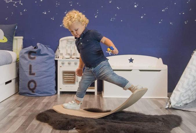 Junge steht auf Balance Board