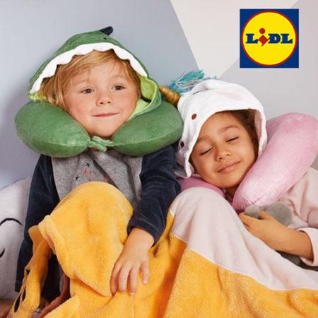 Kleinkinder mit Einhorn- und Dino-Nackenkissen