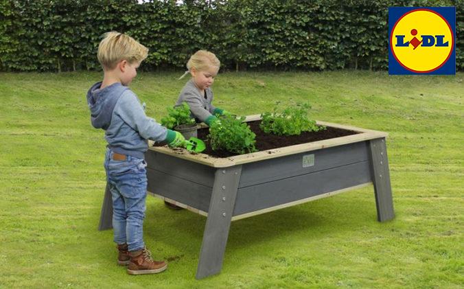 Kinder bepflanzen ein Hochbeet