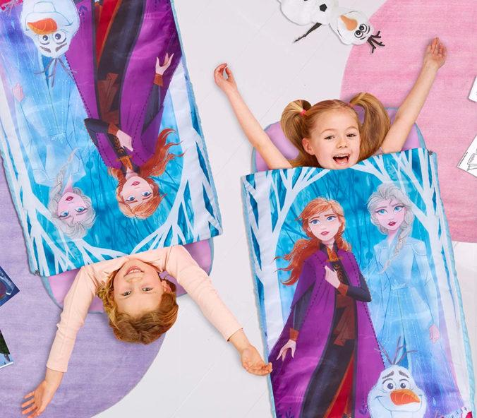Mädchen liegen in Frozen Schlafsäcken von Readybed