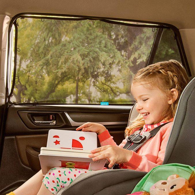 Kind sitzt im Auto