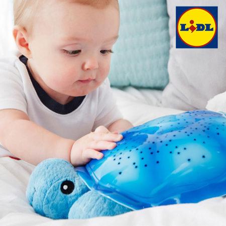 Baby spielt mit Schildkrötennachtlicht
