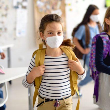 Schulkind mit Maske