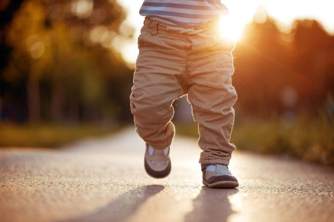 Kind läuft im Sonnenuntergang