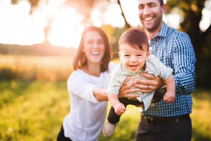 Familie spielt in der Sonne