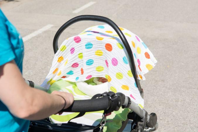 Kinderwagen mit Tuch drüber