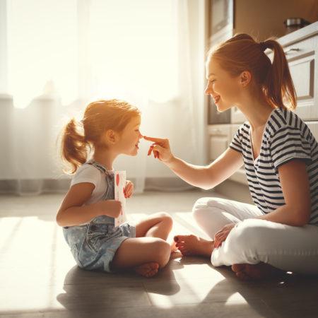 Mama und Kind in der Küche