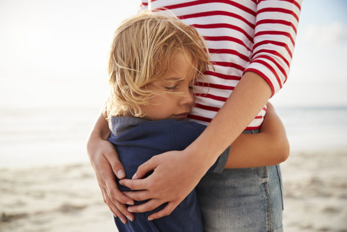 Kleiner Junge umarmt MAma