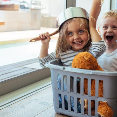 Kinder im Wäschekorb toben