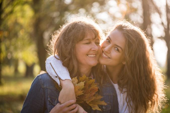 Mutter umarmt Tochter