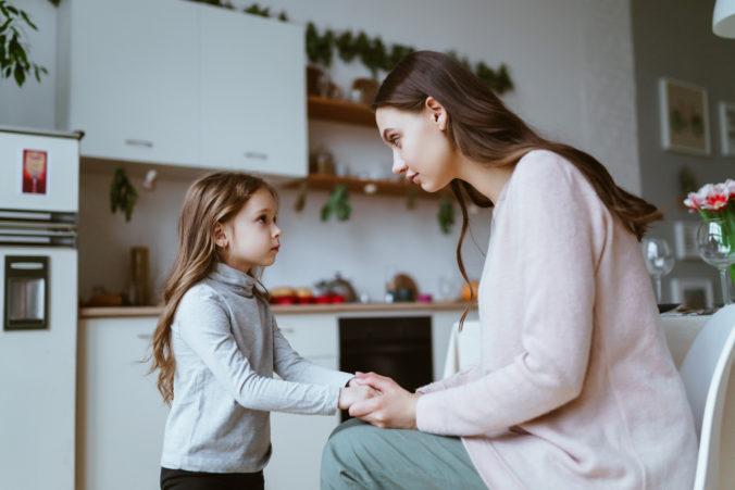 Mutter und Tochter reden