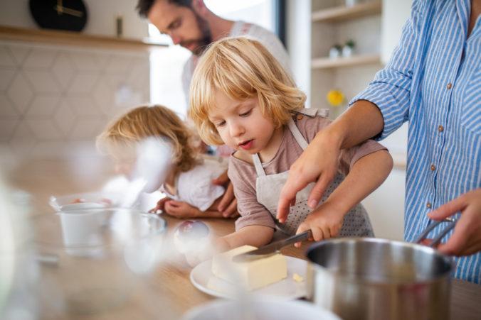 Mama kocht mit Kindern