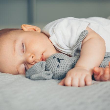 Baby mit Kuschelhasen