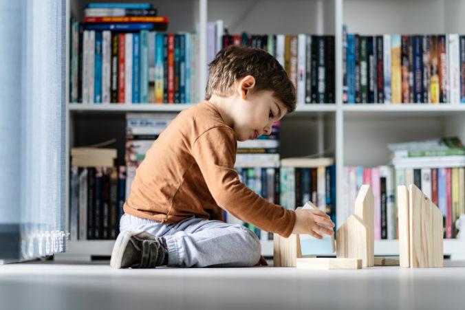 Kind spielt alleine
