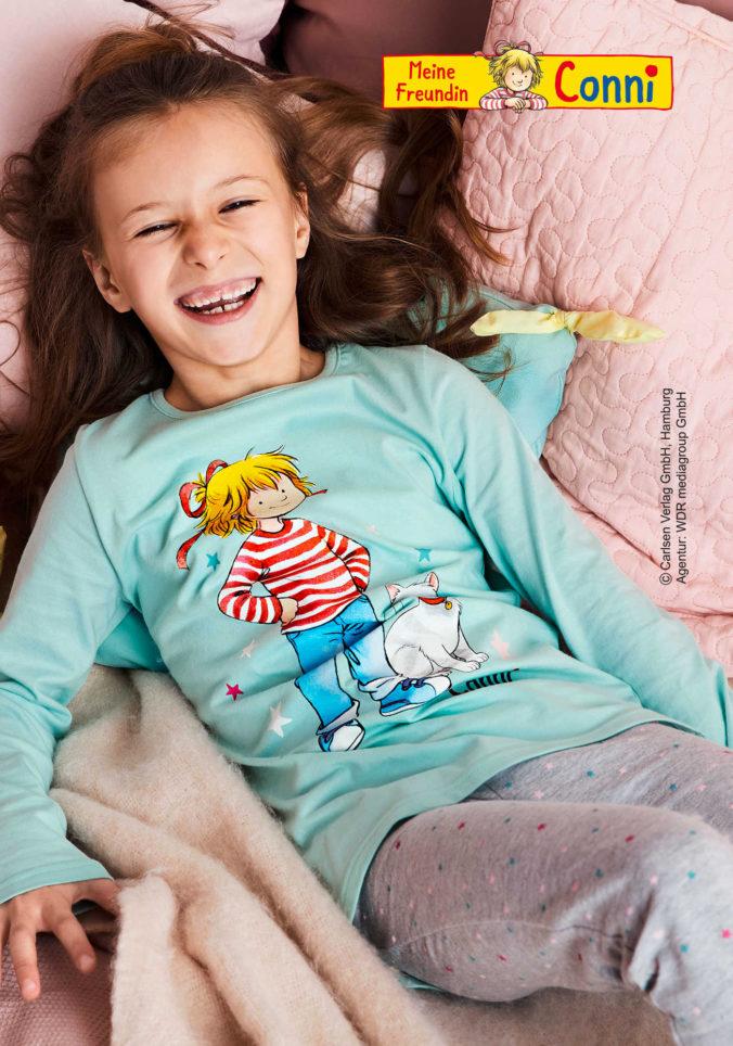 Mädchen in Conni Schlafanzug