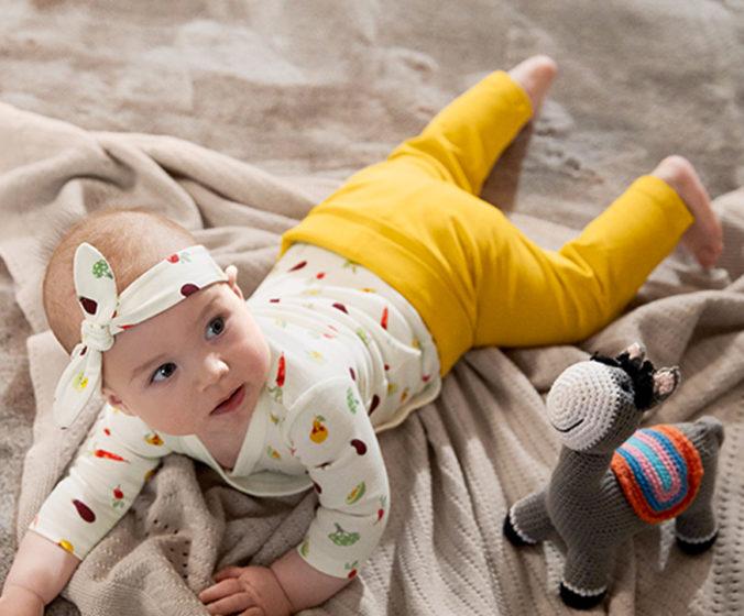 Baby liegt auf einer Decke