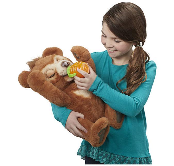 Mädchen spielt mit FurReal Teddy