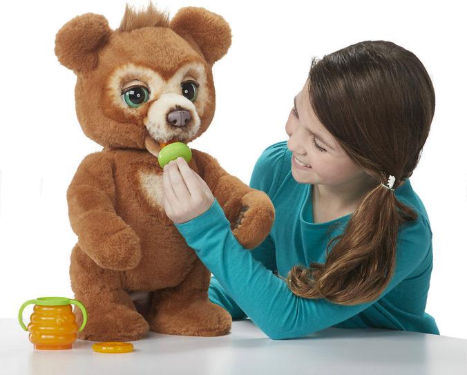 Mädchen spielt mit Hasbro Fur Real Teddy