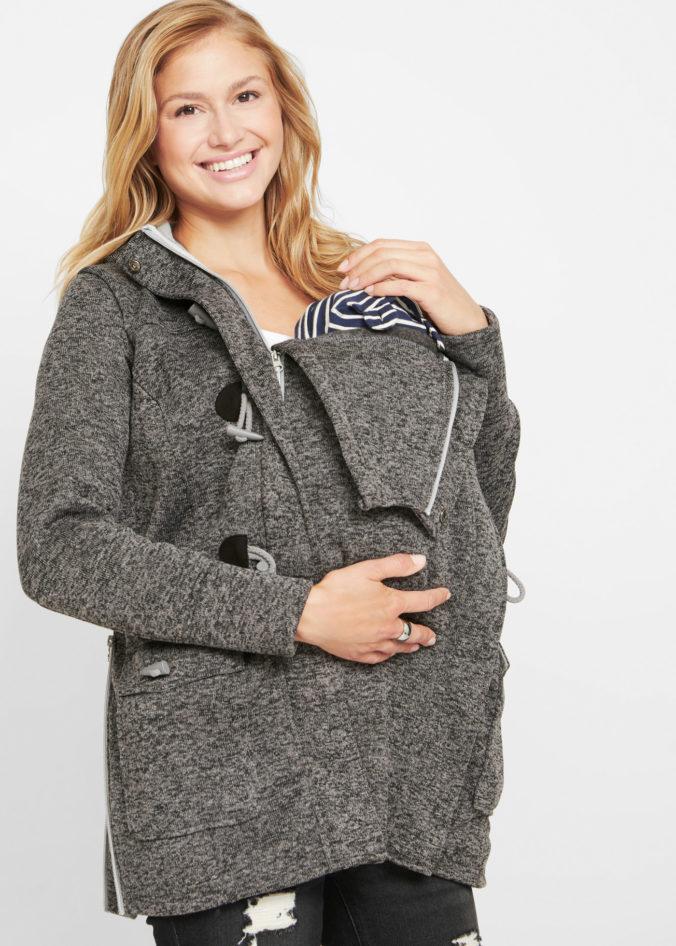 Schwangere Frau mit Baby in der JAcke
