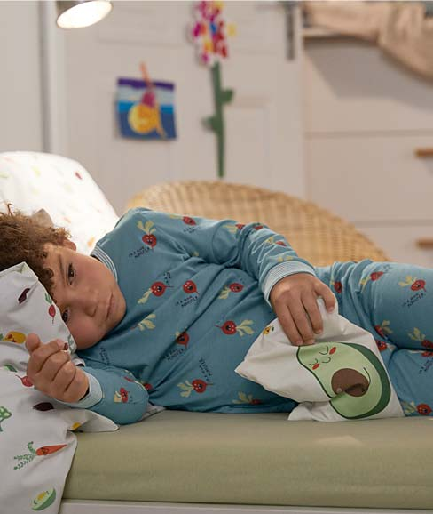 Junge in hellblauem Pyjama