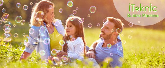 Familie guckt Seifenblasen an