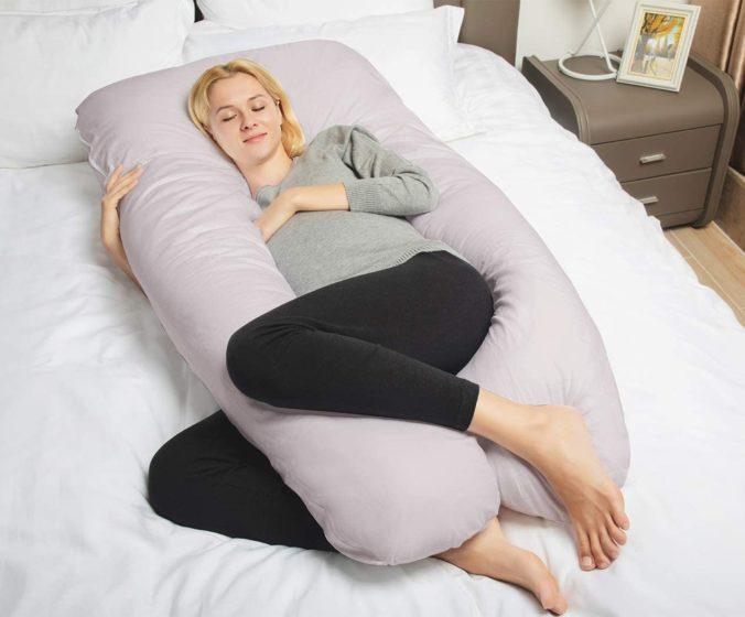 Schwangere Frau schläft mit Seitenschläferkissen