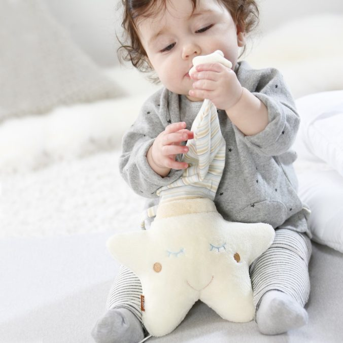 Baby spielt mit Spieluhr