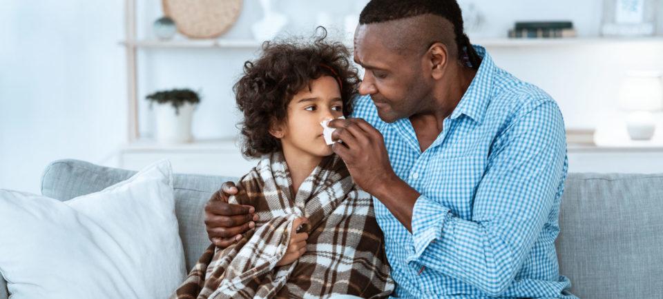 Vater pflegt kranke Tochter