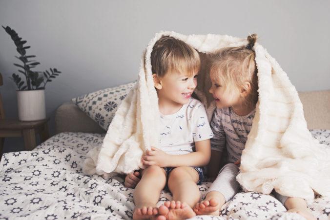 Kinder kuscheln auf dem Bett