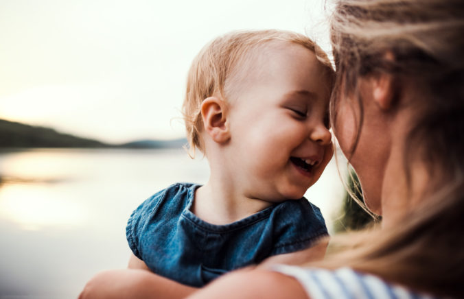 Mama mit Kind auf dem Arm