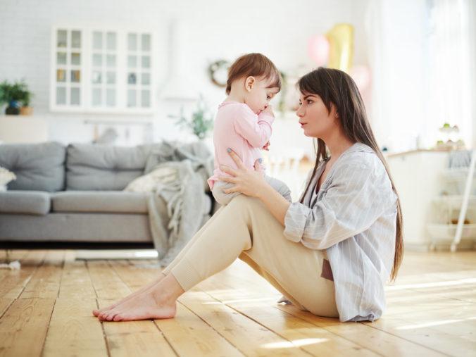 Mama redet mit Kind