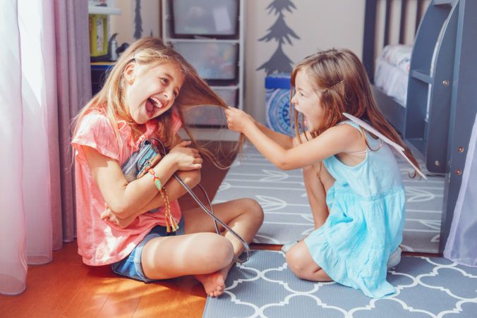 Zwei kleine Mädchen streiten sich